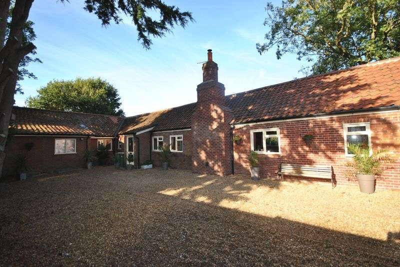 4 Bedrooms Detached Bungalow for sale in Buxton Road, Frettenham