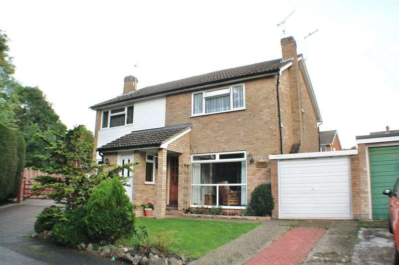 3 Bedrooms Semi Detached House for sale in Oak Way, Reading