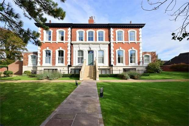 2 Bedrooms Flat for sale in Seafield House, 23 Seafield Road, LYTHAM ST ANNES, Lancashire