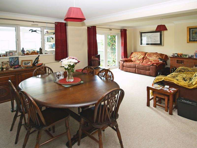 3 Bedrooms Terraced House for sale in Upper Gordon Road, Highcliffe, Christchurch