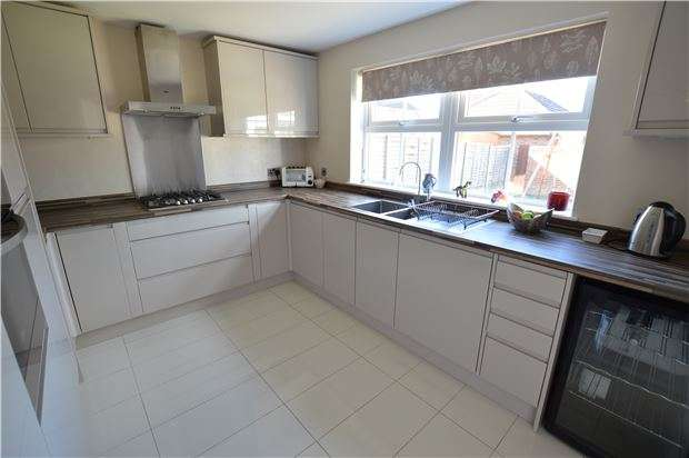 4 Bedrooms Detached House for sale in Roberts Close, Bishops Cleeve, CHELTENHAM, Gloucestershire, GL52 8XF