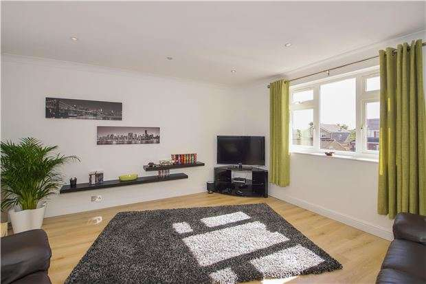 2 Bedrooms Flat for sale in Hencliffe Way, Hanham,BS15 3TW