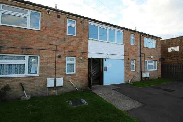 1 Bedroom Flat for sale in Harbridge Court, Havant, Hampshire, PO9 4ES