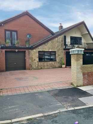 5 Bedrooms Detached House for sale in Hawthorn Road, Rochdale, Greater Manchester, OL11 5JG