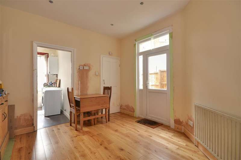 2 Bedrooms Ground Maisonette Flat for sale in Lawton Road, Leyton, London