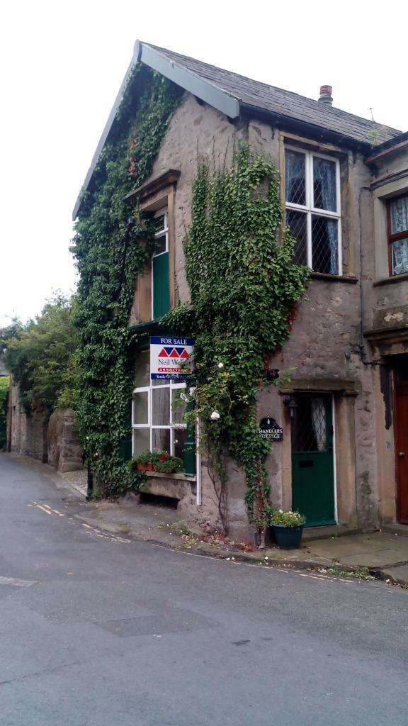 3 Bedrooms End Of Terrace House for sale in Victoria Street, Settle, North Yorkshire, BD24 9HD