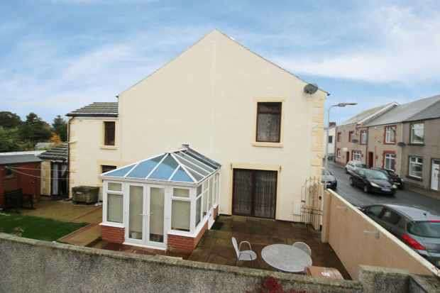 2 Bedrooms Terraced House for sale in Main Street, Millom, Cumbria, LA18 4EY
