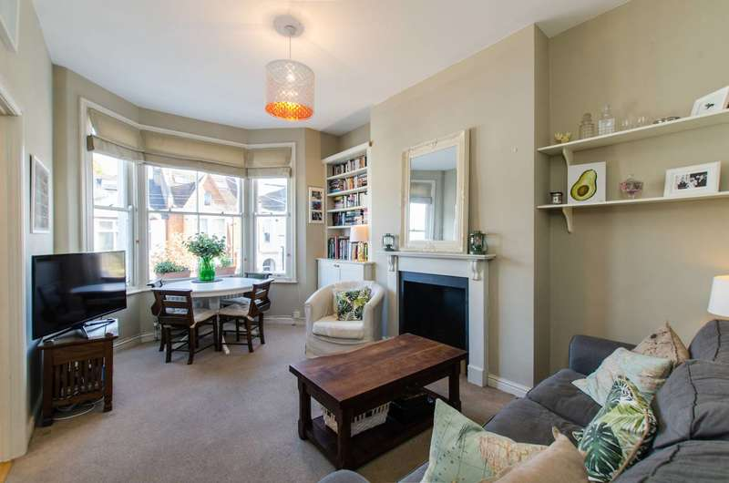 2 Bedrooms Flat for sale in Lucien Road, Tooting Bec, SW17