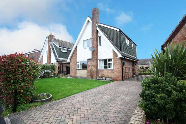 3 Bedrooms Detached House for sale in Waverley Drive, Preston, Lancashire, PR4 6XX