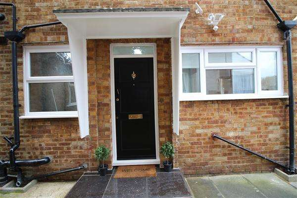 2 Bedrooms Apartment Flat for sale in Bush Close, Ilford