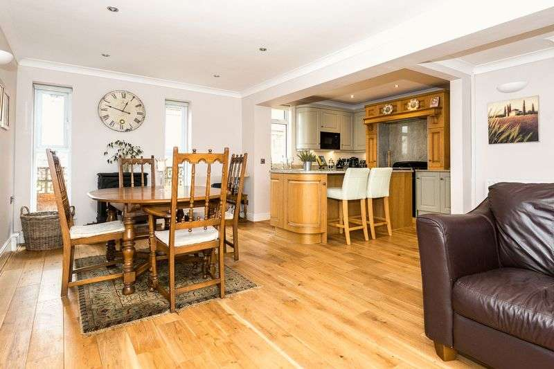 5 Bedrooms Detached House for sale in The Green, Eccleston