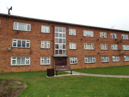 3 Bedrooms Flat for sale in Cranbrook Road, Ilford, Essex