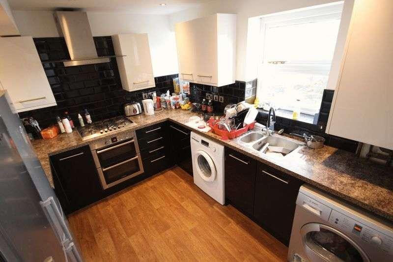 4 Bedrooms Flat for rent in Belle Vue Road, Leeds