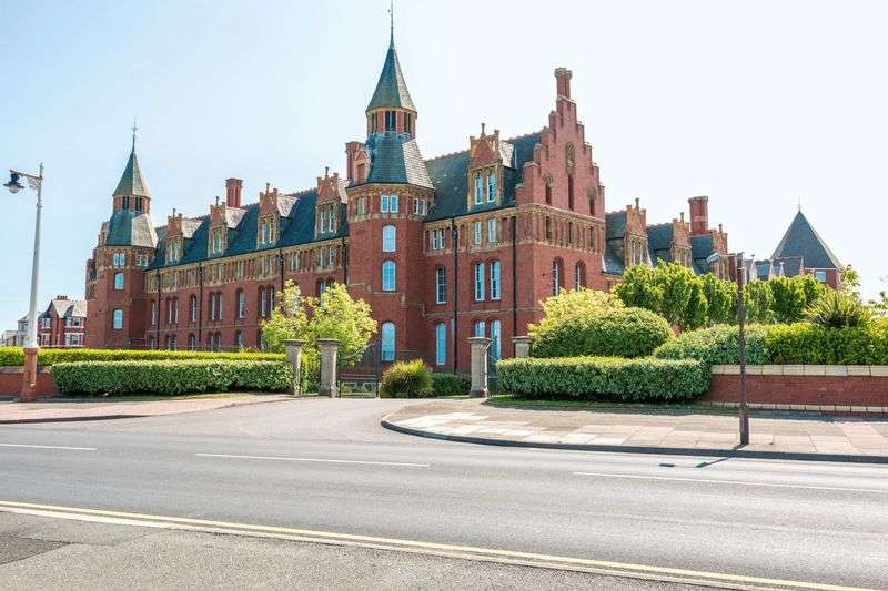 2 Bedrooms Flat for sale in Promenade, Southport
