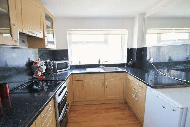 2 Bedrooms Flat for sale in Venner Avenue, Northwood, Isle of Wight, PO31 8AF