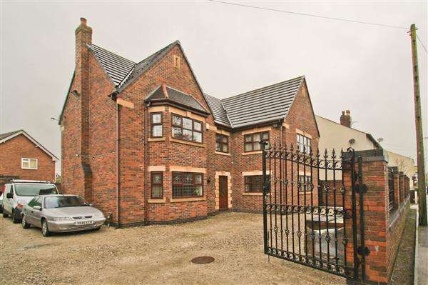 5 Bedrooms Detached House for sale in Golborne Road, Lowton