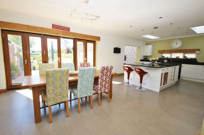 4 Bedrooms Detached Bungalow for sale in HUMBERSTON AVENUE, HUMBERSTON