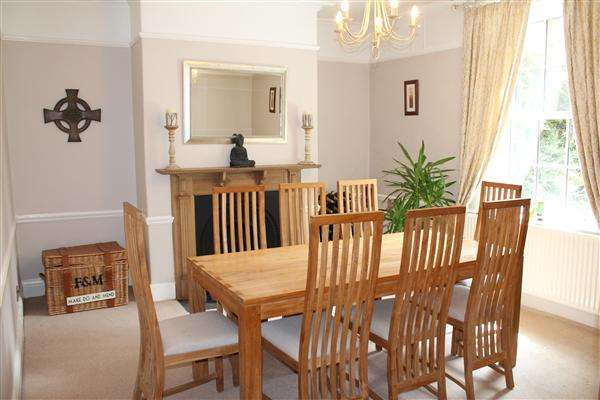 4 Bedrooms Terraced House for sale in Chester Road, Macclesfield