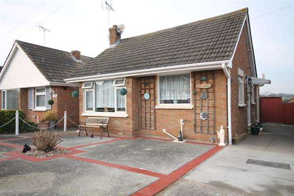 2 Bedrooms Bungalow for sale in Slade Road, Holland on Sea
