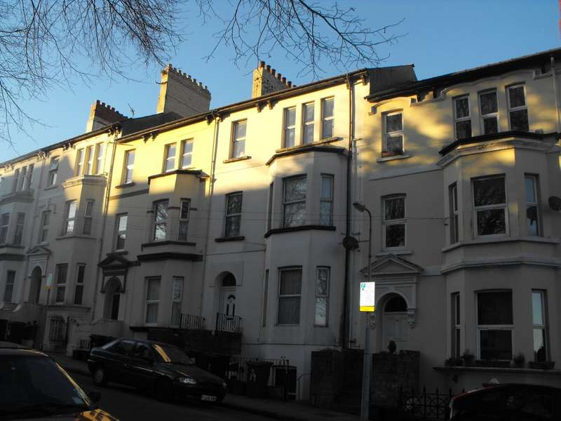2 Bedrooms Apartment Flat for sale in Clytha Square, Newport