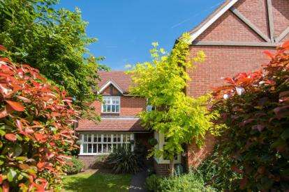 5 Bedrooms Detached House for sale in George Lovell Drive, Enfield
