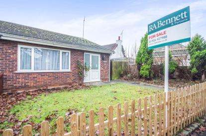 2 Bedrooms Bungalow for sale in Murcott Road East, Whitnash, Leamington Spa, England