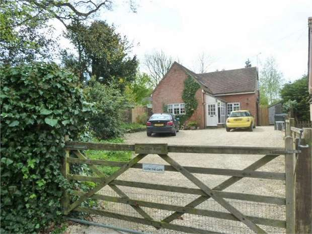 3 Bedrooms Detached House for sale in St Teresa's Drive, Chippenham, Wiltshire
