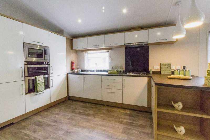 2 Bedrooms Lodge Character Property for sale in Mudeford, Christchurch, Dorset