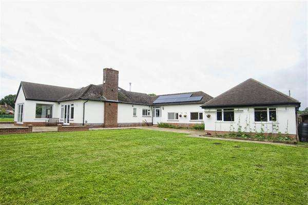 6 Bedrooms Detached Bungalow for sale in CAISTOR ROAD, LACEBY, GRIMSBY