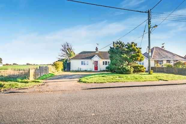 3 Bedrooms Detached Bungalow for sale in Halstead Road, Frinton-On-Sea, Essex, CO13 0LR