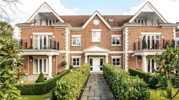 2 Bedrooms Apartment Flat for sale in Dorchester Mansions, Cross Road, Sunningdale