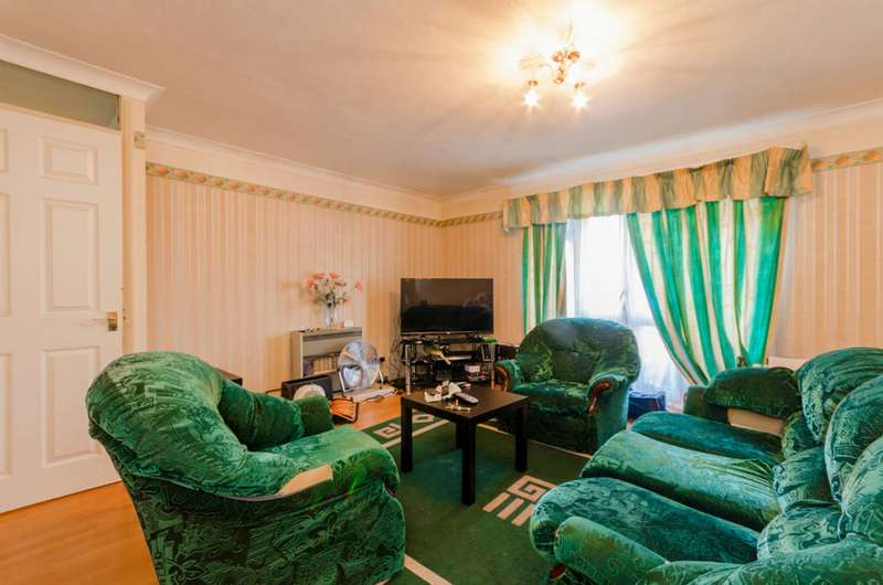 2 Bedrooms Flat for sale in Warner Close, Maryland, E15