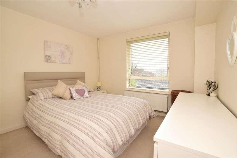2 Bedrooms Flat for sale in Hillside Road, Whyteleafe, Surrey