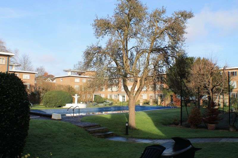2 Bedrooms Flat for sale in Kingfisher Court. East Molesey