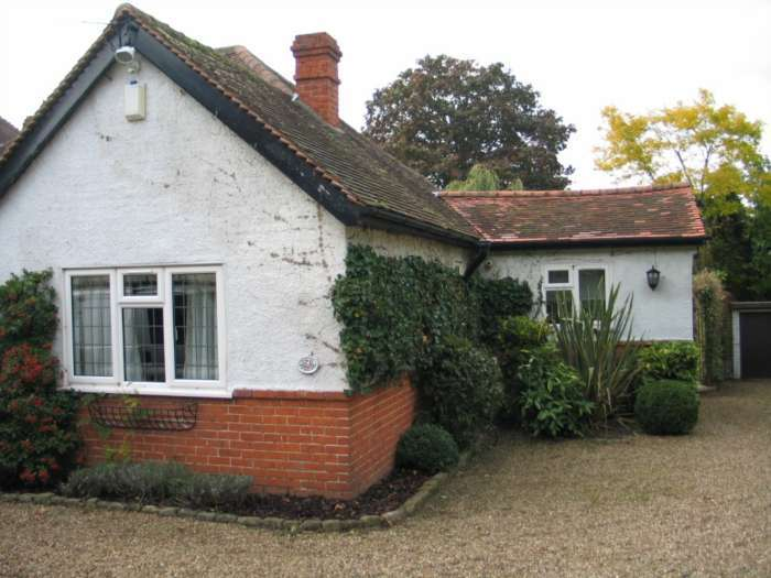 2 Bedrooms Detached House for rent in New Road, Ruscombe