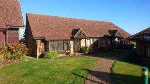 2 Bedrooms Bungalow for sale in Cross Lane Gardens, Ticehurst, Wadhurst, East Sussex