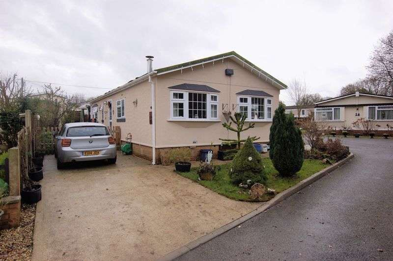 2 Bedrooms Detached Bungalow for sale in Third Avenue, Ravenswing Park, Reading