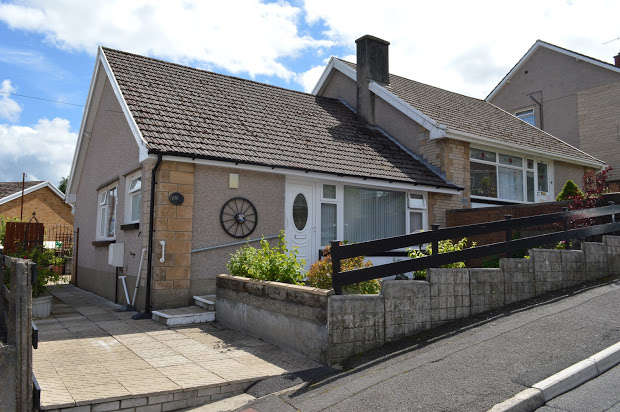 2 Bedrooms Bungalow for sale in Coed Isaf Road, Pontypridd, CF37