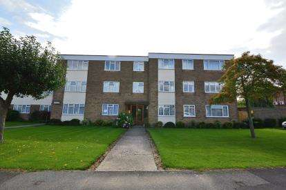 3 Bedrooms Flat for sale in Wyatts Drive, Thorpe Bay, Essex