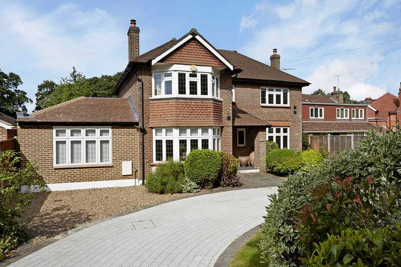 5 Bedrooms Detached House for sale in Oxshott Road, Oxshott