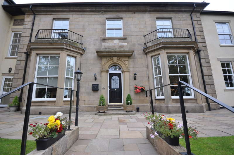 2 Bedrooms Flat for sale in Radford Bank Gardens, Darwen