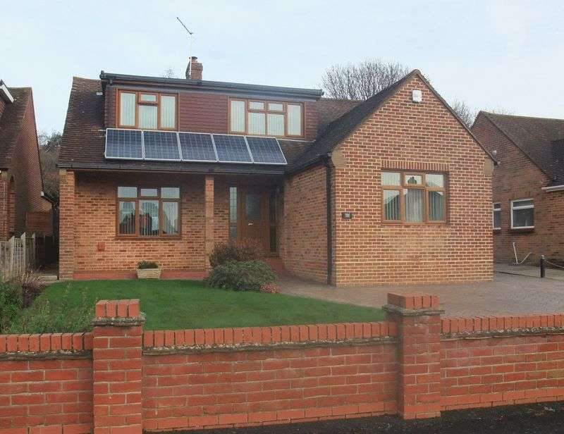 3 Bedrooms Detached Bungalow for sale in The Thicket, Down End, Fareham, PO16