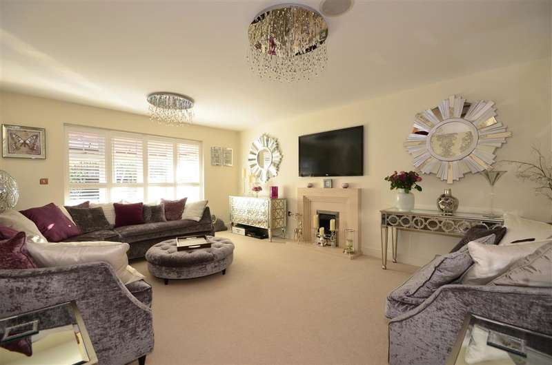 5 Bedrooms Detached House for sale in Hamilton Close, Horley, Surrey