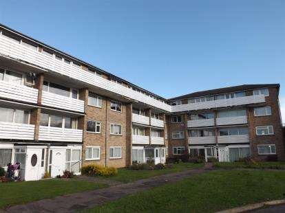 2 Bedrooms Flat for sale in Wendover Road, Havant, Hampshire
