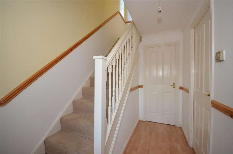 2 Bedrooms Semi Detached House for sale in Cloverfields, Horley, Surrey