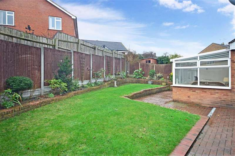 3 Bedrooms Semi Detached House for sale in Headcorn Close, Basildon, Essex