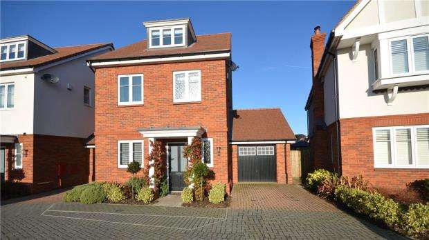 4 Bedrooms Detached House for sale in Clarks Farm Way, Blackwater, Camberley