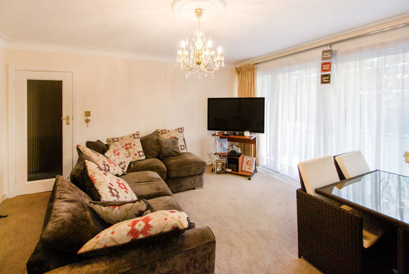 2 Bedrooms Flat for sale in Corringway, Ealing, London