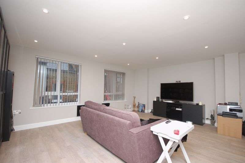 2 Bedrooms Flat for sale in High Street, Rickmansworth, WD3 1AY