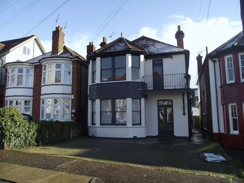 5 Bedrooms Detached House for sale in Cobham Road, Westcliff-On-Sea